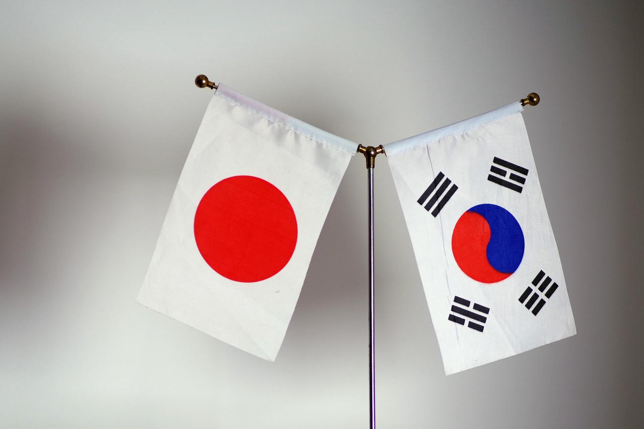 日本终于对韩国下手了,韩国告急!全球降息周期开启,房价或将再次上涨!