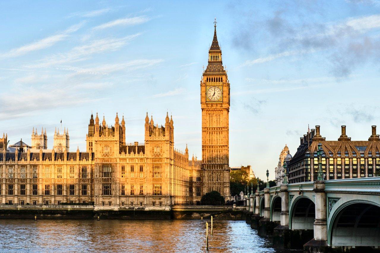 """英国财政大臣表示:英国已步入""""非常显著""""的经济衰退"""