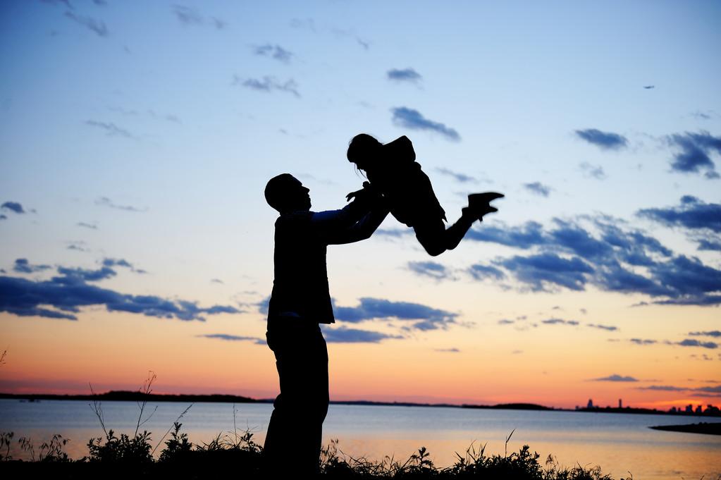 【父亲节?#21487;?#20986;你和父亲的故事,赢取飞天茅台酒